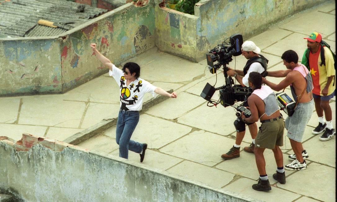 Michael Jackson durante gravação do clipe em uma laje no Morro Dona Marta. Um ano após a morte do astro, em 2009, uma estátua de bronze foi inaugurada em sua homenagem Foto: Jorge William / Agência O Globo