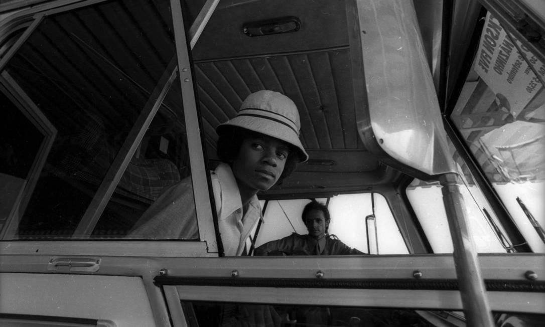 O cantor Michael Jackson, ainda membro do grupo The Jackson 5, chega ao Aeroporto do Galeão, Rio de Janeiro, em 16 de setembro de 1974 Foto: Arquivo / Agência O Globo