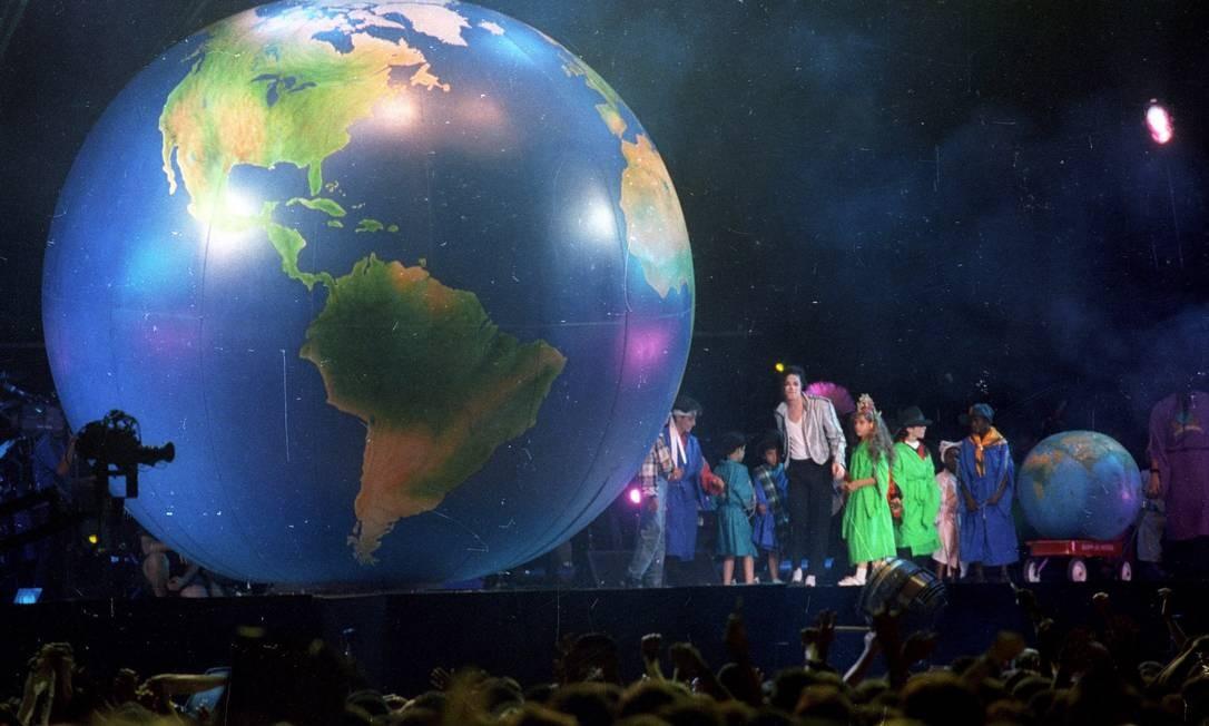 """Michael Jackson sobe ao palco do Estádio do Morumbi de maõs dadas com um grupo de crianças, ao som de """"We are the world"""" Foto: Marcos Issa / Marcos Issa"""