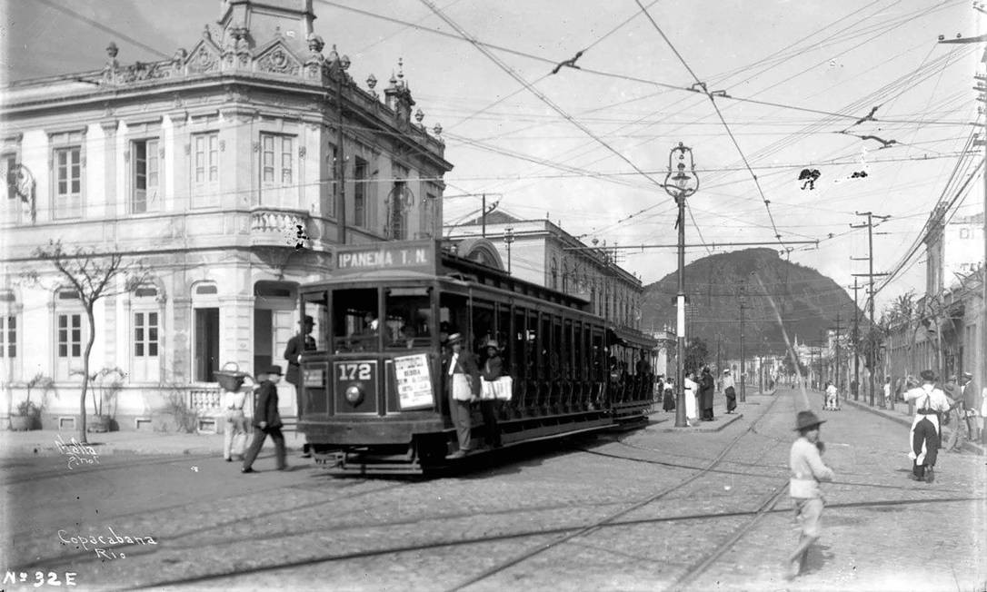 Avenida Nossa Sra. de Copacabana esquina com Rua Siqueira Campos, anos 1920. Foto: Augusto Malta / Acervo Light