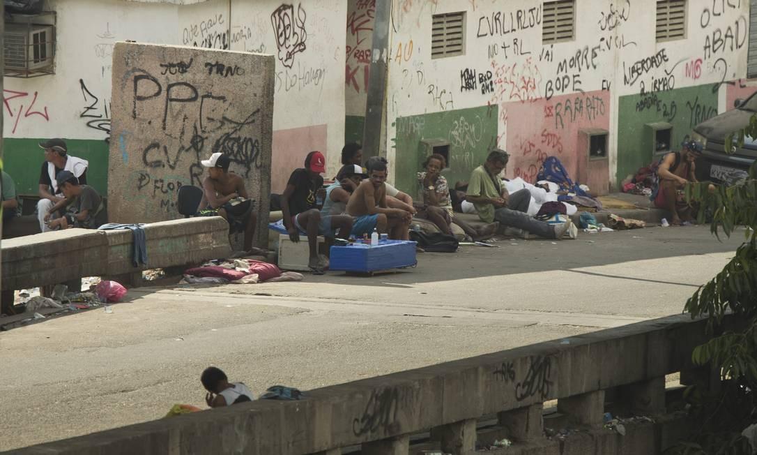 Pessoas aglomeram-se para usar drogas no Viaduto da Mangueira, na Zona Norte Foto: Márcia Foletto / Agência O Globo