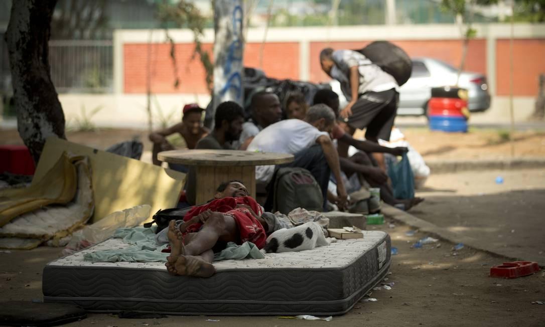Pessoas em situação de rua e usuários de drogas acampam na Radial Oeste, em frente à Uerj, no Maracanã Foto: Márcia Foletto / Agência O Globo