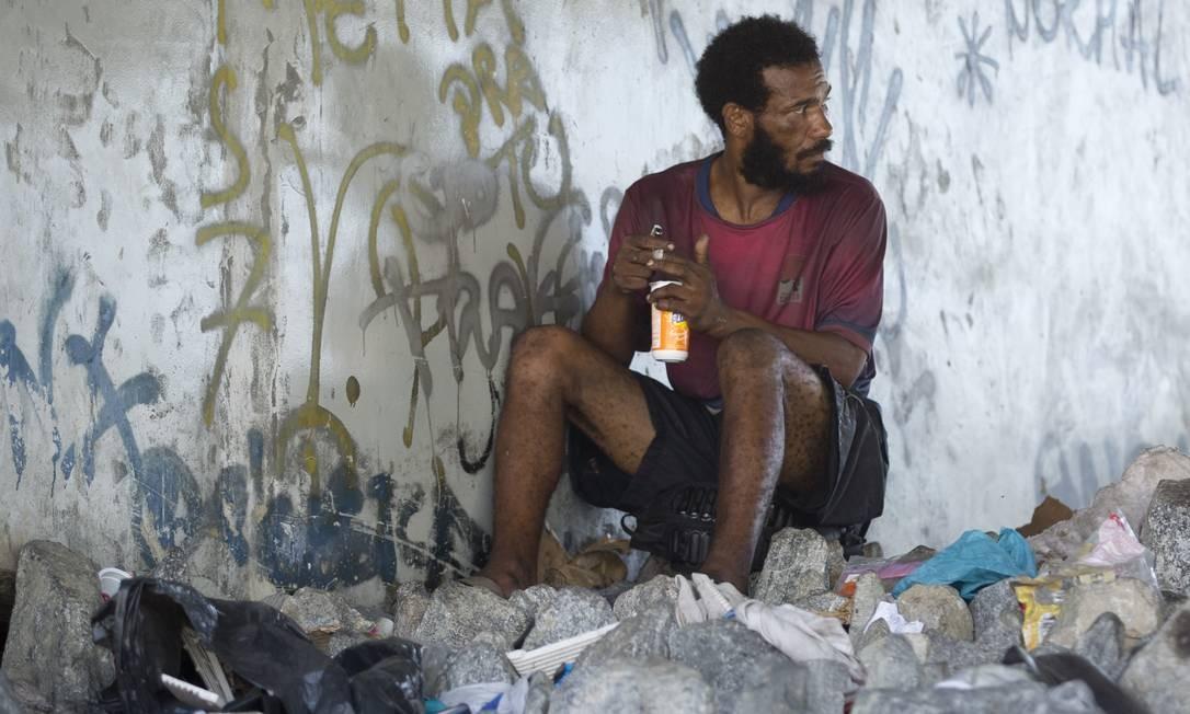 Homem fuma crack em ponto da Avenida Brasil Foto: Márcia Foletto / Agência O Globo