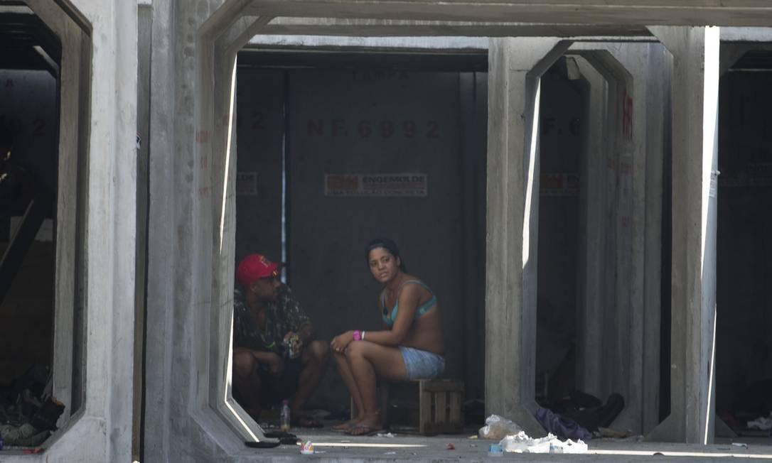 Um abrigo de obra na Avenida Brasil se tornou um ponto para viciados em crack Foto: Márcia Foletto / Agência O Globo