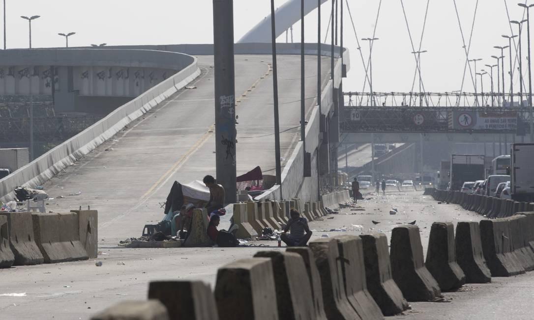 Cenário é caótico: usuários de crack tomam conta da via, em meio à sujeira Foto: Márcia Foletto / Agência O Globo