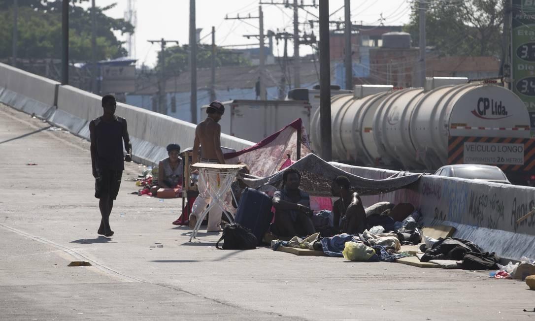 Eles acampam em meio à obra da Transolímpica, na Avenida Brasil Foto: Márcia Foletto / Agência O Globo