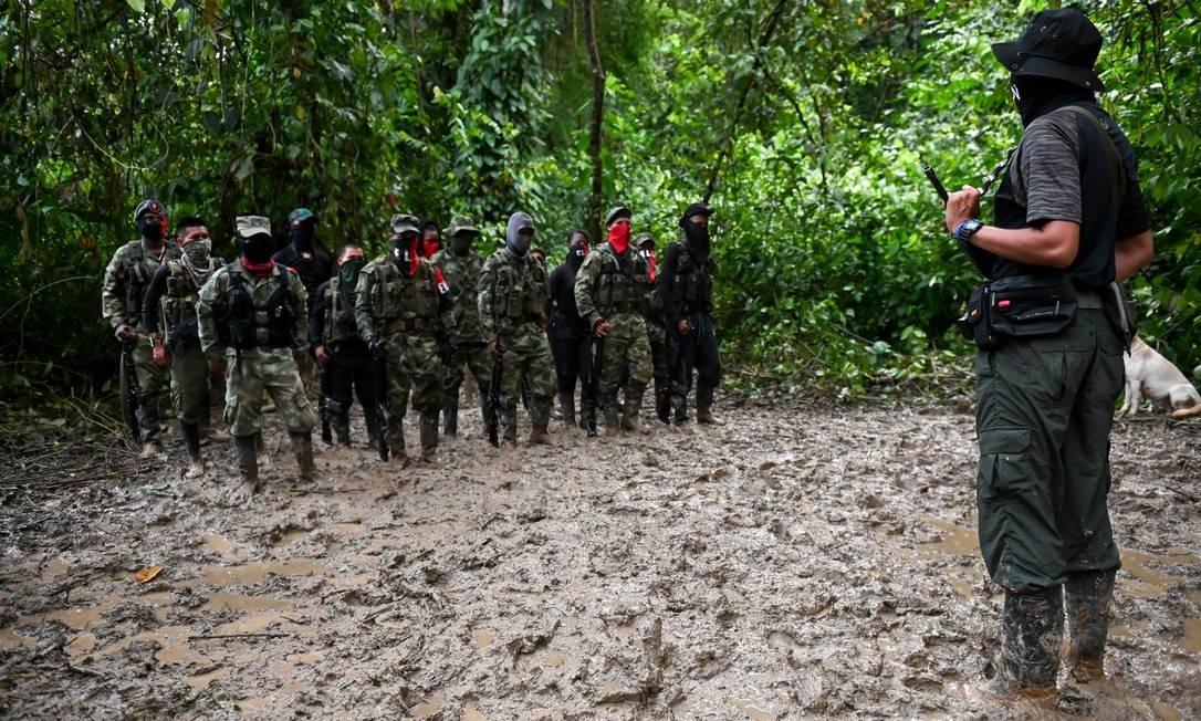 Comandante Ernesto dá instruções aos soldados do Exército de Libertação Nacional. Integrantes do grupo evitam mostrar os rostos quando são fotografados Foto: RAUL ARBOLEDA / AFP
