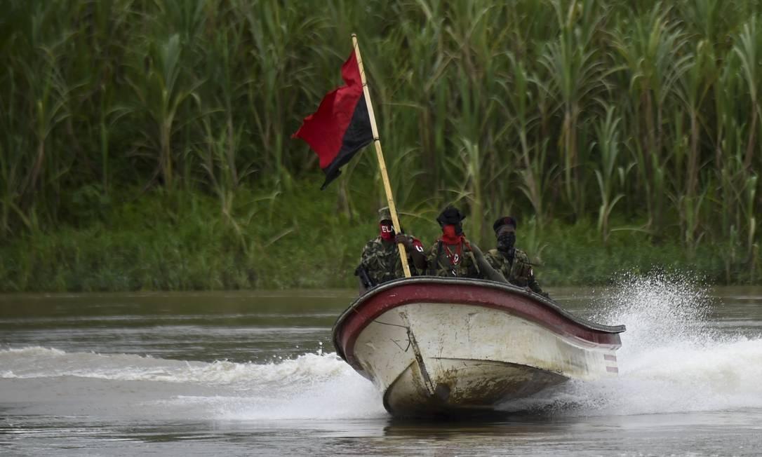 Além dos batalhões terrestres, o Exército de Libertação Nacional usa pequenos barcos para se locomover pela selva do departamento de Chocó, na Colômbia Foto: RAUL ARBOLEDA / AFP