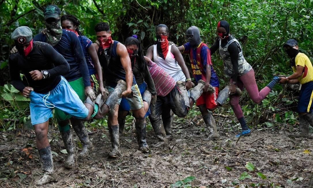 Guerrilheiros do Exército de Libertação Nacional fazem exercícios na selva colombiana. Com medo de ataques do exército, grupos não ficam no mesmo lugar por mais de quatro dias Foto: RAUL ARBOLEDA / AFP