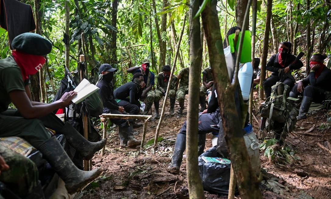 Em uma área improvisada no meio da selva colombiana, guerrilheiros do Exército de Libertação Nacional estudam técnicas de combate e descansam antes de seguirem para um novo acampamento Foto: RAUL ARBOLEDA / AFP
