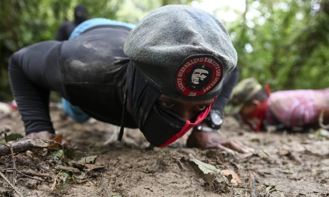 Guerrilheiro traz na boina imagem de Ernesto Che Guevara, que dá nome a uma das frentes de combate do Exército de Libertação Nacional na selva colombiana Foto: RAUL ARBOLEDA / AFP
