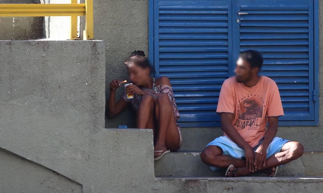 Casal usa crack na Avenida Atlântica, abrigados numa elevatória da Cedae, próximo à praia, na altura do Posto 5 Foto: Fabiano Rocha / Agência O Globo