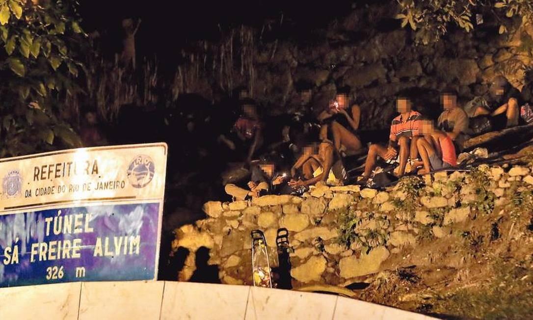 Sem repressão, usuários consomem craque em cima do Túnel Sá Freire Alvim: segundo moradores, no fim da noite, grupos saem do local e perambulam pelas ruas, muitas vezes praticando roubos Foto: Marcelo Theobald / Agência O GLOBO