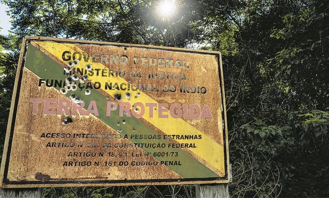Placa da Funai crivada de balas no limite da Terra Indígena Uru-Eu-Wau-Wau, em Rondônia, onde o levantamento registrou ataques e intimidações à comunidade local Foto: Divulgação/Fábio Nascimento/InfoAmazonia