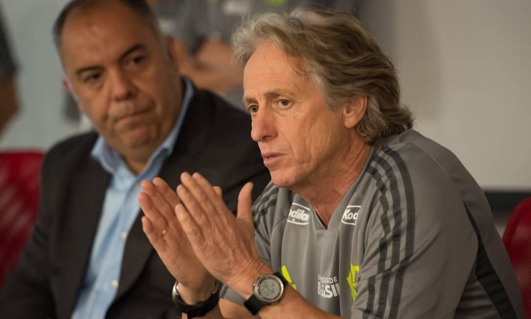 Jorge Jesus, observado por Marcos Braz, conversa com os jogadores Foto: Flamengo/Divulgação
