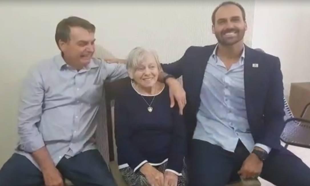 O presidente Jair Bolsonaro, a mãe, dona Olinda, e o filho, o deputado Eduardo, no Vale do Ribeira Foto: Divulgação / Presidência da República