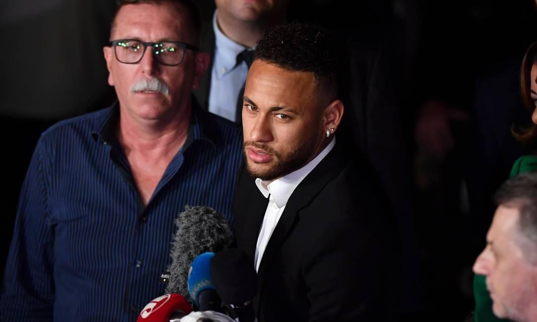 Neymar dá entrevista após prestar depoimento sobre acusação de estupro Foto: NELSON ALMEIDA / AFP