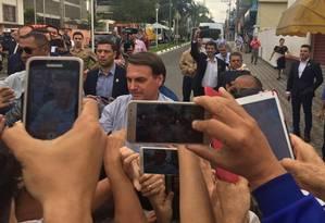 Bolsonaro caminha no meio de eleitores em Miracatu, no interior de São Paulo Foto: Aline Ribeiro / Agência O Globo