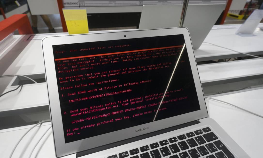 Um notebook infectado pelo ransomware Petya, exigindo o pagamento de resgate para desbloquear o equipamento Foto: Vincent Mundy / Bloomberg