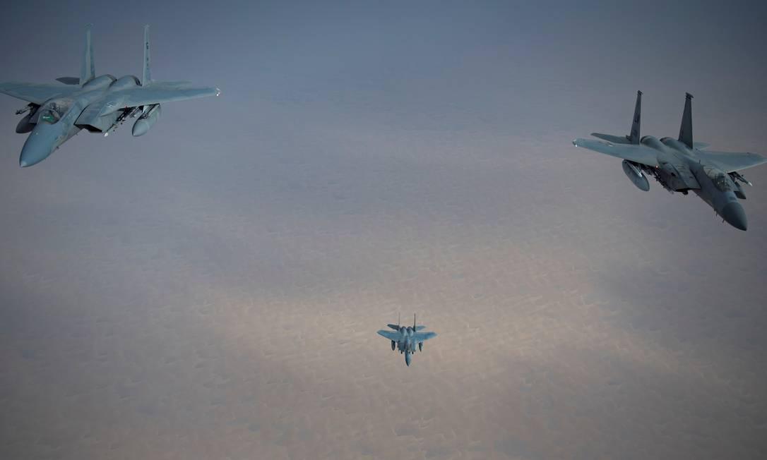 Caças F-15 das Forças Aéreas saudita e dos EUA voam sobre o deserto em operação militar conjunta. Golfo Pérsico possui forte presença militar americana e reúne alguns dos maiores compradores de armas do planeta Foto: REUTERS