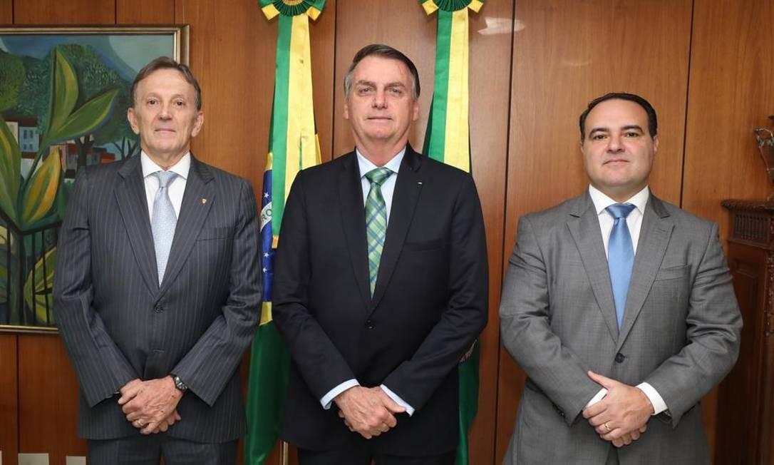 O presidente Jair Bolsonaro ao lado de Floriano Peixoto (à direita) e Jorge Oliveira (à esquerda) Foto: Presidência da República