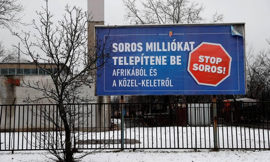 """Outdoor do governo húngaro acusa Soros de """"querer trazer milhões da África e do Leste Europeu"""" para Budapeste Foto: Bernadett Szabo / REUTERS"""
