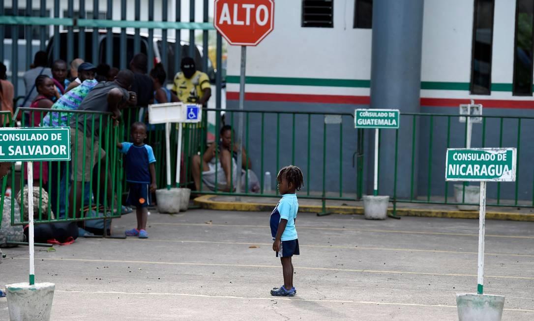 Migrantes esperam do lado de fora do Instituto Nacional Mexicano de Migração, em Tapachula, no México Foto: ALFREDO ESTRELLA / AFP