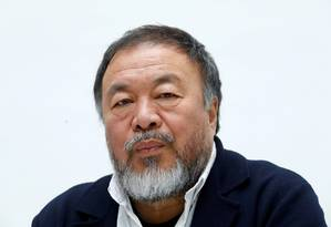 O artista chinês Ai Weiwei, em foto de arquivo, datada de maio, durante apresentação de uma mostra com suas obras em Dusseldorf, na Alemanha Foto: Ralph Orlowski / REUTERS