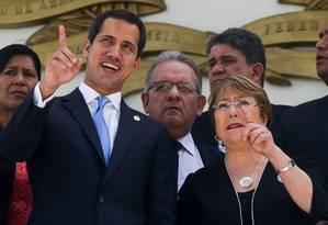 O opositor Juan Guaidó e a alta comissária de direitos humanos da ONU, Michelle Bachelet Foto: CRISTIAN HERNANDEZ / AFP