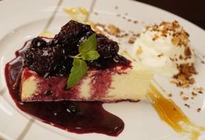 O cheesecake de frutas vermelhas é uma opção de sobremesa do Tragga Foto: Divulgação/Felipe Azevedo