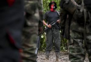 Comandante Uriel, da frente Ernesto Che Guevara, dá instruções aos guerrilheiros do Exército de Libertação Nacional, considerado a última guerrilha em atividade nas Américas. Foto: RAUL ARBOLEDA / AFP