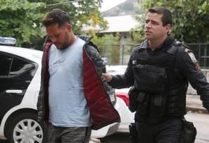 Suspeito foi preso na BR-101 durante patrulhamento da PM Foto: Fabiano Rocha / Agência O Globo