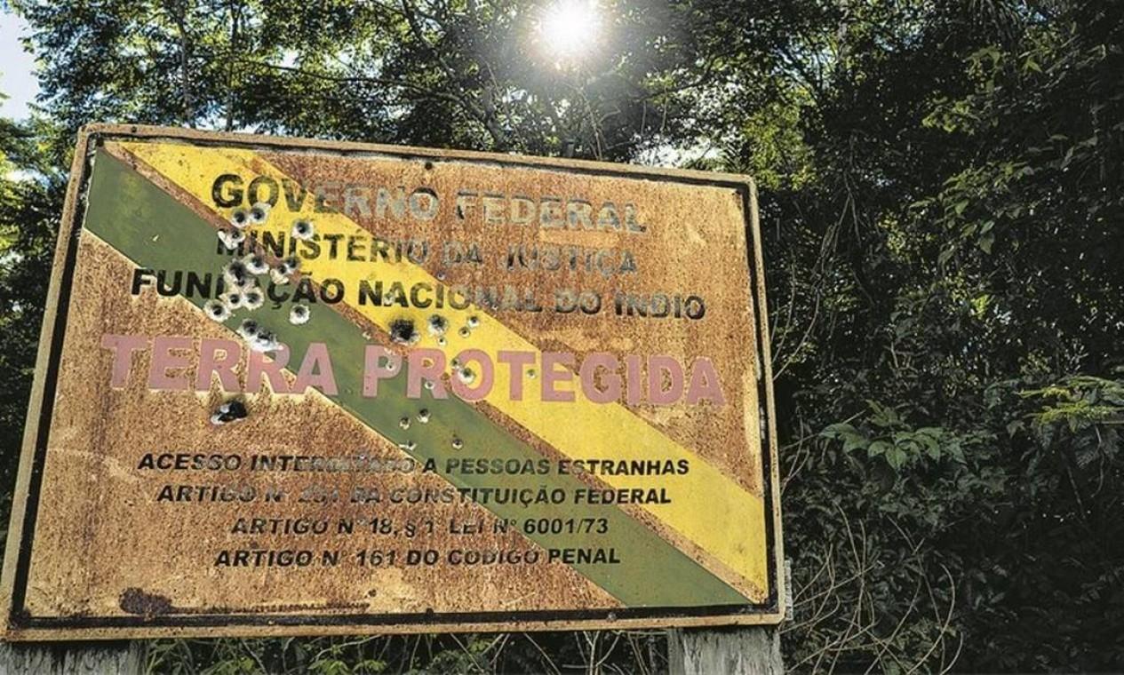Placa da Funai crivada de balas no limite da Terra Indígena Uru-Eu-Wau-Wau, em Rondônia, onde o levantamento registrou ataques e intimidações à comunidade local Foto: Fábio Nascimento / InfoAmazonia