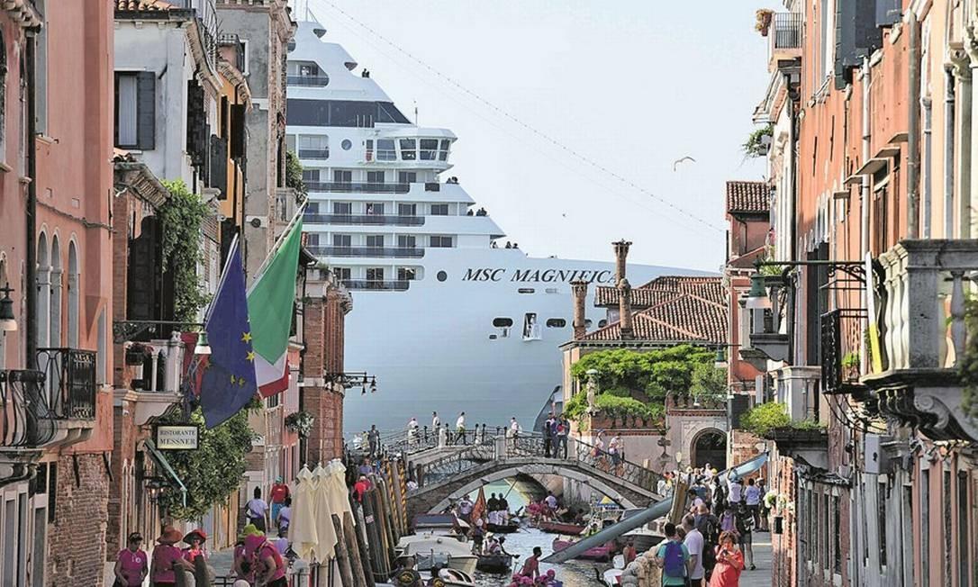 A cidade com o navio ao fundo Foto: Miguel Medina/AFP