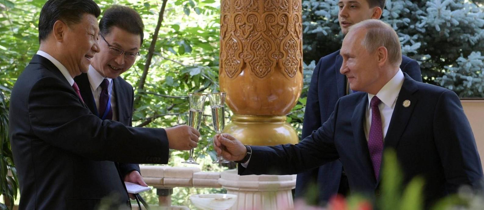 Os presidentes da China, Xi Jinping, e da Rússia, Vladimir Putin, se encontram no Tadjiquistão, naquele que foi a 31º reunião entre os dois desde 2013. Os dois são aliados de primeira hora, mas países têm suas diferenças políticas e econômicas Foto: ALEXEI DRUZHININ / AFP