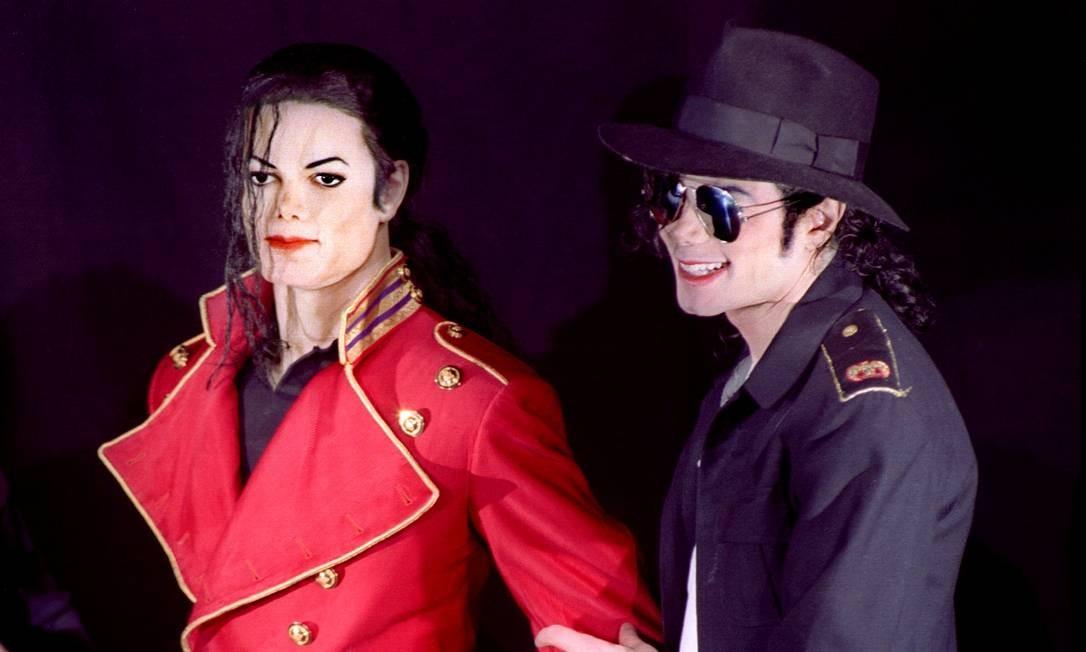 Michael Jackson ao lado de sua estátua de cera no Museu Grevin, em Paris em abril de 1997 Foto: Charles Platiau / REUTERS