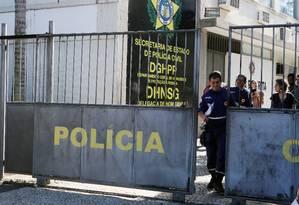 Equipe do Samu deixa delegacia Foto: Fabiano Rocha / Agência O Globo