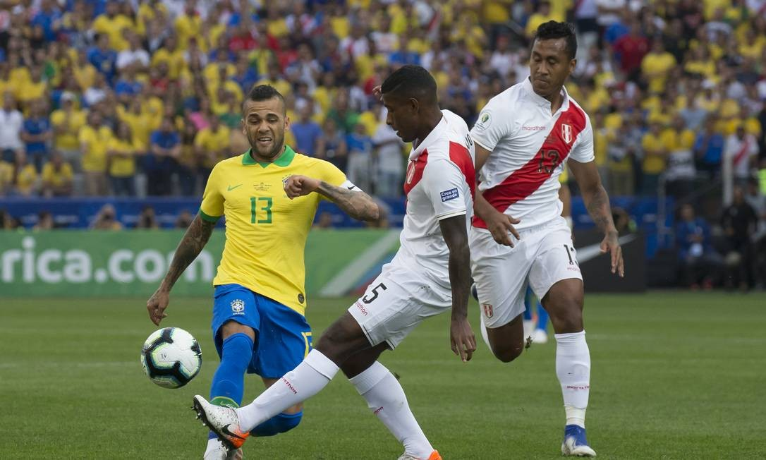 Autor do quarto gol, Daniel Alves disputa a bola com jogador do Peru Foto: Edilson Dantas