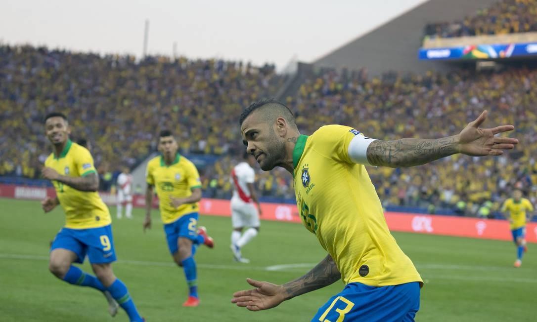 Daniel Alves comemora o quarto gol do Brasil Foto: Edilson Dantas / Edilson Dantas