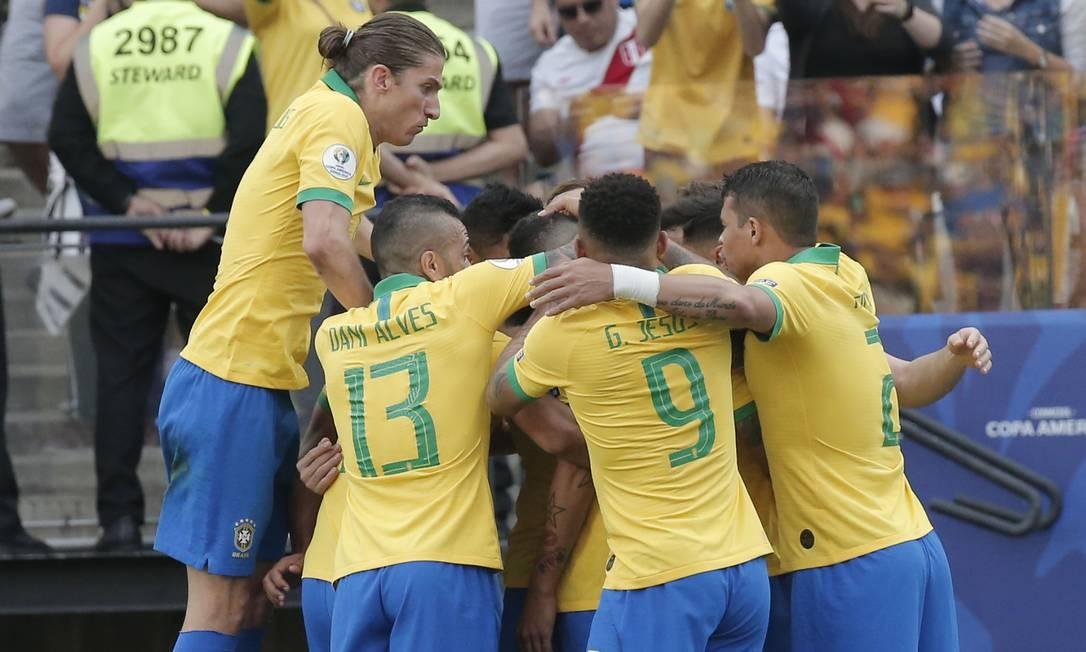 Jogadores do Brasil comemoram um dos gols sobre o Peru Foto: Edilson Dantas