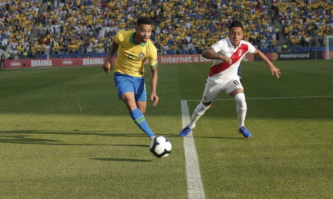 Gabriel Jesus, que perdeu um pênalti no fim, vai à linha de fundo na Arena Corinthians Foto: Edilson Dantas