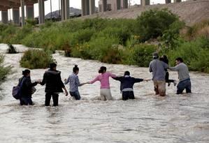Migrantes da América Central fazem uma corrente humana para cruzar o Rio Bravo e entrar ilegalmente nos EUA na região de El Paso, Texas: crianças estão sendo separadas de suas famílias e detidas em condições degradantes Foto: Jose Luis Gonzalez/REUTERS/11-06-2019