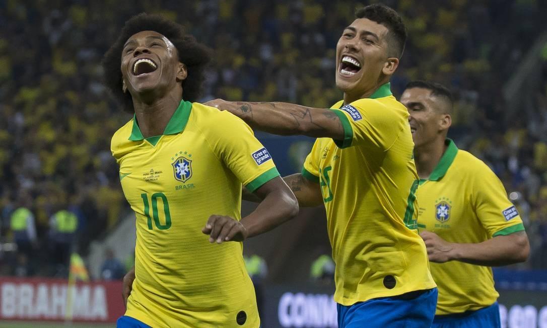 Willian comemora com Firmino o quinto gol do Brasil sobre o Peru Foto: Edilson Dantas / Agência O Globo