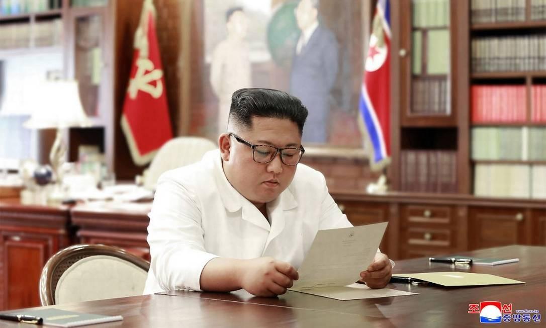 Foto divulgada pela central oficial de notícias da Coreia do Norte, o líder coreano Kim Jong Un lê carta escrita por Donald Trump Foto: KCNA VIA KNS / AFP