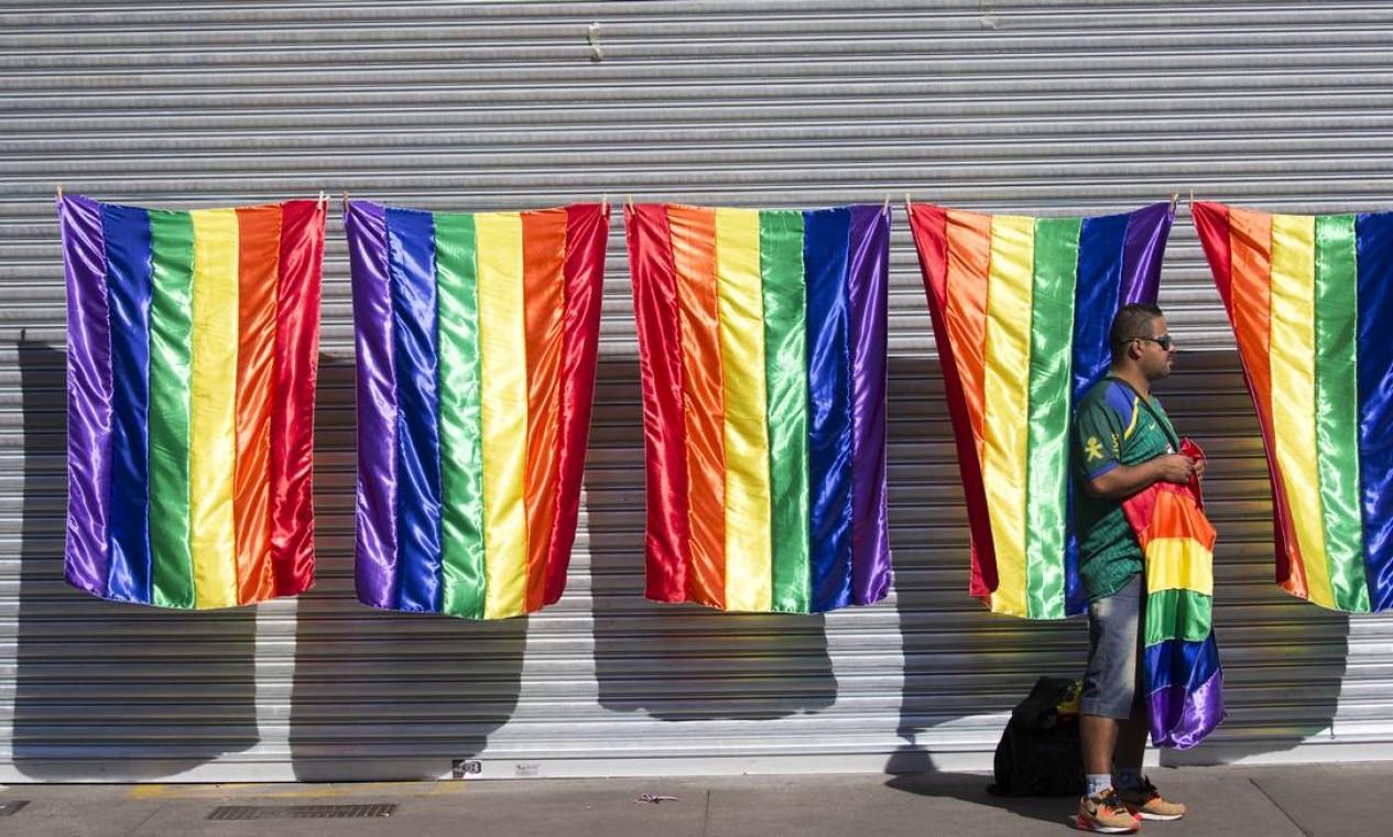 Bandeiras do movimento LGBT em exposição na Parada do Orgulho LGBT, em São Paulo Foto: Edilson Dantas / Agência O Globo