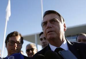 O presidente Jair Bolsonaro durante cerimônia de hasteamento da Bandeira do Brasil, no Palácio do Planalto Foto: Jorge William / Agência O Globo