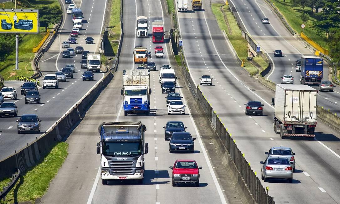 Via Dutra: O governo estuda implementar tarifa de pedágio dinâmica, em que o valor varia conforme o número de quilômetros rodados. Foto: Lucas Lacaz Ruiz / Agência O Globo