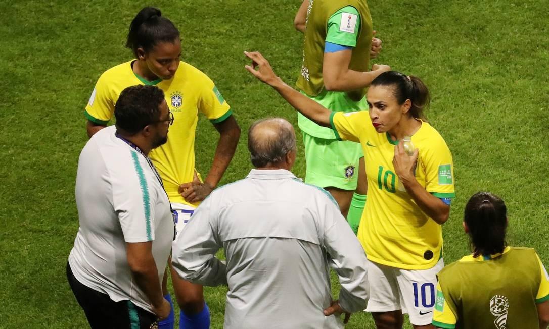 Marta conversa com Vadão nas oitavas da Copa do Mundo Foto: YVES HERMAN / REUTERS
