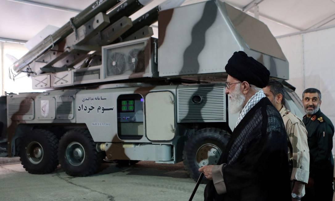 Líder supremo do Irã, aiatolá Ali Khamenei, ao lado de sistema que teria sido usado para derrubar drone americano, segundo agência estatal de notícias Foto: HANDOUT / REUTERS