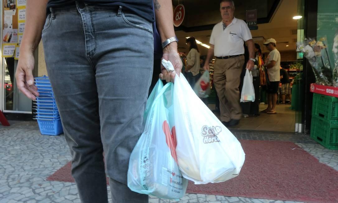 Até dezembro, os estabelecimentos irão distribuir gratuitamente aos clientes duas sacolinhas recicláveis a cada compra Foto: Guilherme Pinto / Agência O Globo